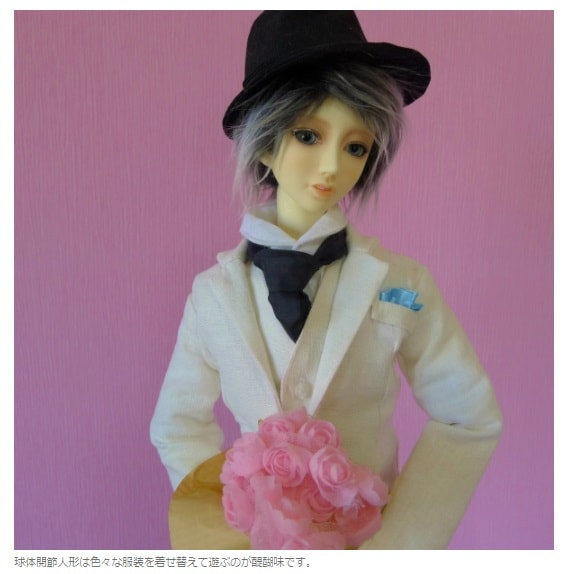 花束を持って少女にプレゼントしようとしている青年の人形